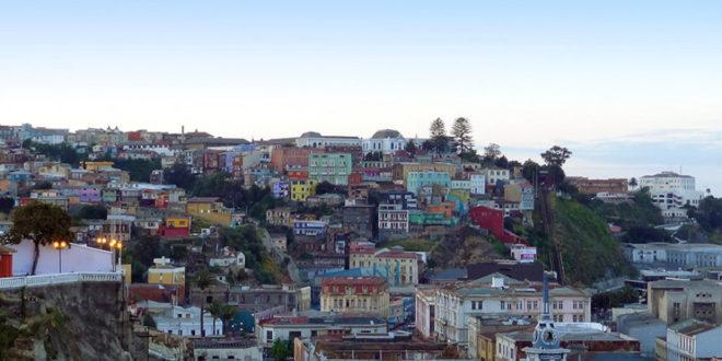 """Die chilenische Hafenstadt Valparaíso und ihre """"Cerros"""" (bunte Holzhäuser in den Hügeln)"""
